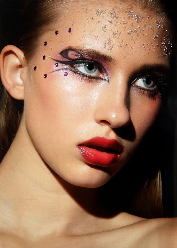 从创意彩妆造型的基础知识入手,以三大构成,不同技法解析和各种风格